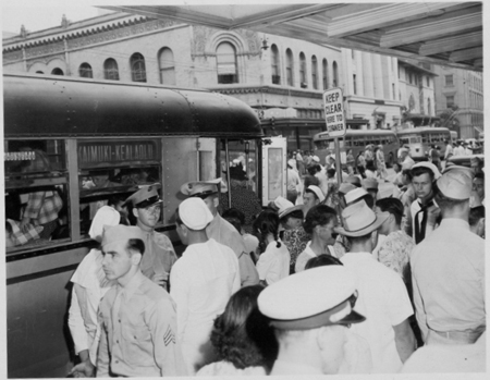 Boarding Kaimuki-Kealaolu bus on King Street, 1944, Hawai'i State Archives
